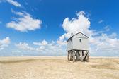 утопление дом на пляже — Стоковое фото