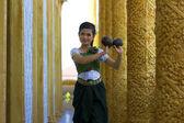 Beautiful Asian Girl performs coconut folk dance in temple — Stock Photo