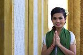 Asiatische mädchen grüßt in tempel traditioneller weise mit beiden händen — Stockfoto