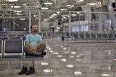 Joven esperando su vuelo — Foto de Stock