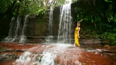 Sexy dancer on waterfall in borneo rainforest — Video Stock