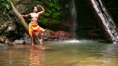 Sexy girl with bikini posing in rainforest waterfall — Stock Video