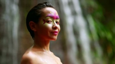 Borneo Rainforest Tribal Culture: Face Painting — Stock Video