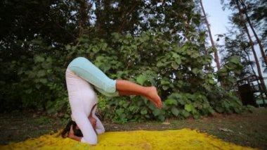 Ejercicio de meditación yoga al aire libre en la naturaleza — Vídeo de stock