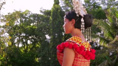 Iban tribal woman with traditional clothes — Stock Video
