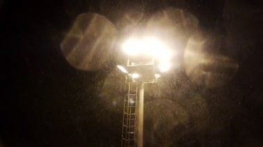 Floodlight and falling snow — Stockvideo