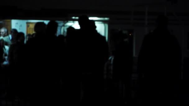 Pasajeros esperando a nave Junta — Vídeo de stock