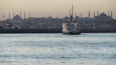корабль идет для закрепления на прекрасный собор святой софии пейзаж в стамбуле — Стоковое видео