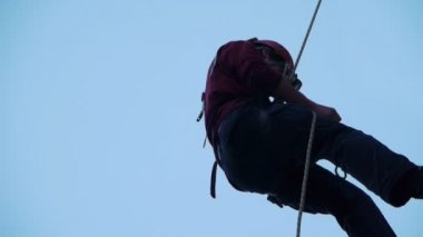 A Young man climbing to the top controls the rope — Stock Video