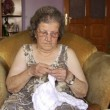 Old retired woman knitting in home — Stock Video