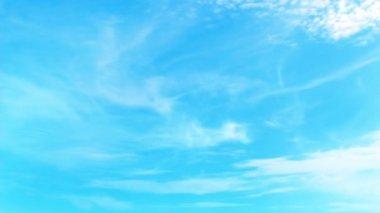 Ciel bleu lumineux avec déplacement parfaitement cirrus — Vidéo