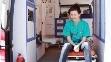 Nurse thinking in ambulance — Stock Video