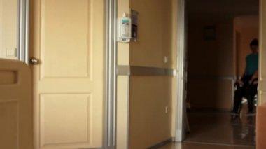 Verpleegster die patiënt op een rolstoel — Stockvideo
