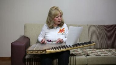 Senior woman playing qanun — Stock Video
