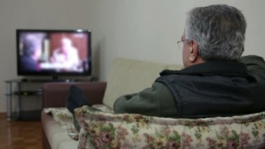 Senior man watching TV — Stock Video