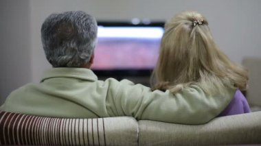 Senior couple watching television — Stock Video