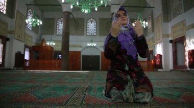 Muslim girl saying her everyday salat prayer in mosque — Video Stock