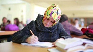 Libro de lectura feliz joven estudiante en biblioteca — Vídeo de Stock