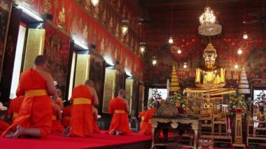Buddhist monks pray in temple — Stock Video