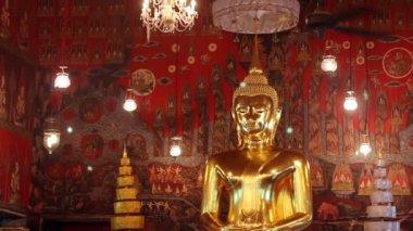Estatua gigante de Buda dorado — Vídeo de Stock