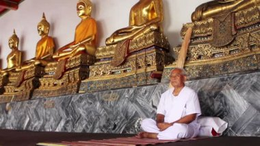 Meditation under golden buddha statues — Stok video