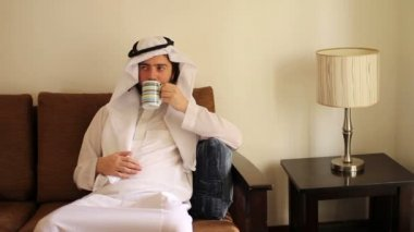 Saudi arabian man drink coffee at home — Stock Video