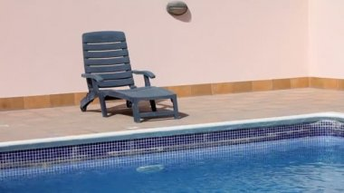 Empty sunbed at swimming pool — Stock Video