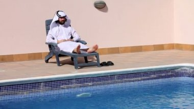 Saudi arabian man enjoying at swimming pool — Stock Video