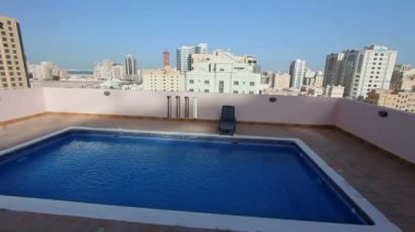 Swimming pool at roof of apartment in bahrain — Stock Video