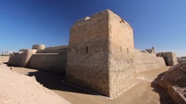 Qal'at al-Bahrain fort in city — Stock Video