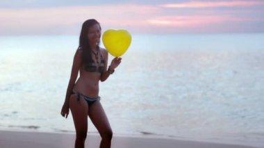 Seductive sexy naughty girl play balloon at beach send kisses — Stock Video