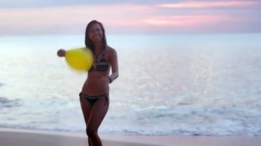 Seductive sexy naughty girl play balloon at beach — Stock Video