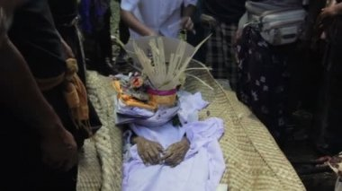Burning dead body in balinese funeral, bali, indonesia — Stock Video