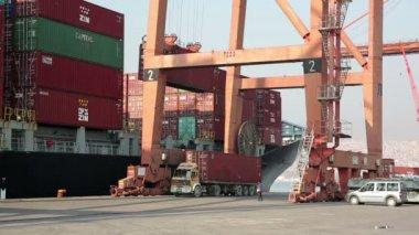 Carregamento de um navio de transporte de mercadorias — Vídeo Stock