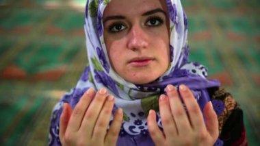 彼女の日常 salat の祈りを言っているイスラム教徒の少女 — ストックビデオ