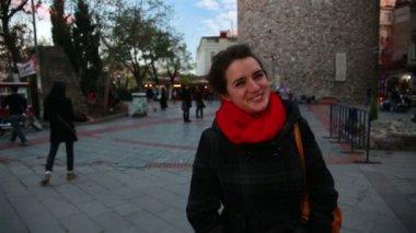 Cool woman standing at galata tower — Vídeo de Stock