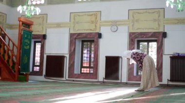 Muslim girl saying her everyday salat prayer in mosque — Stock Video