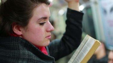 女人读的书 — 图库视频影像