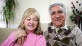 пожилые супружеские пары, сидя на диване — Стоковое фото