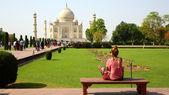 Caucasian woman at Taj Mahal — Stockfoto