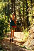 セクシーな女の子のフォレストの狭い小道に沿って実行しています。 — ストック写真