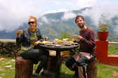 Tourist couple eating breakfast at himalayas mountains — Stock Photo