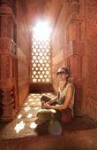 Caucasian tourist girl at Qutb Minar, New Delhi — Stock Photo