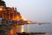 VARANASI, INDIA - MAY 2013: Everyday scene by Ganges River — Stock Photo