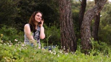 Chica hablando por teléfono — Vídeo de Stock
