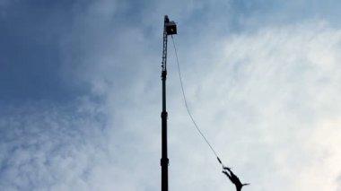 Large construction crane — Vídeo de Stock