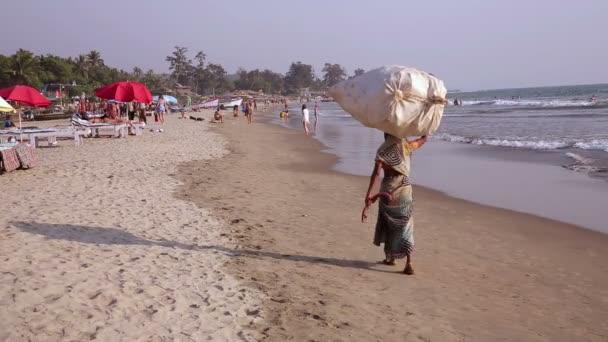 Gente caminando en la playa — Vídeo de stock
