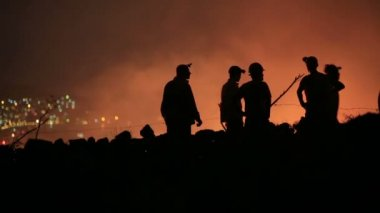 Firefighters at night forest fire — Stock Video