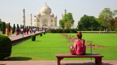 Woman at Taj Mahal — Stockvideo