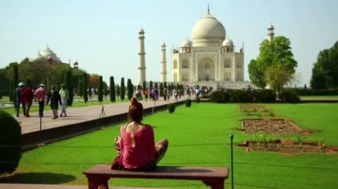 Woman at Taj Mahal — Wideo stockowe